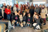 קבוצת הנשים שיצאו לתמוך בצעירה (צילום מדף עמותת כולן)