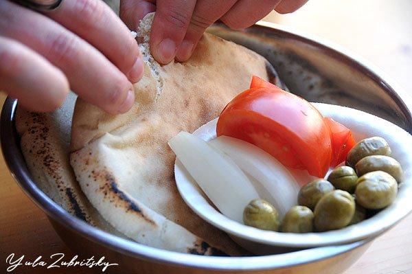 לא מוותרת על הבצל, הזיתים, העגבניה והשיפקה. צילום: יולה זובריצקי