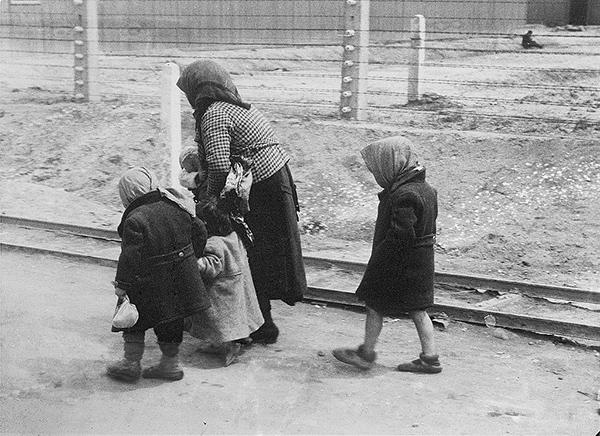 """אשה וילדים במחנה ההשמדה אושוויץ II / צולם ע""""י איש SS והוגש כראייה במשפט אייכמן; נתרם לוויקיפידה ע""""י הארכיון הפדרלי הגרמני"""