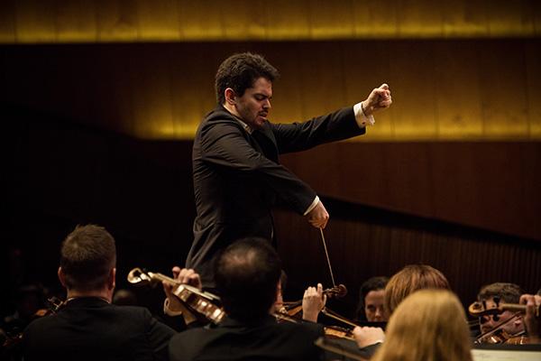 להב שני. מנצח התזמורת הפילהרמונית הישראלית. צילום: שי סקיף
