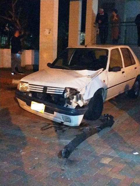 רסיס שנפל ליד מכונית חונה באחת מערי הדרום (צילום: אלי קליין סוגרים שבוע)