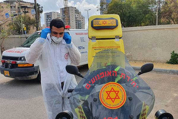 """אנשי יחידת אופנועני מד""""א ערוכים ללקיחת דגימות לנגיף הקורונה. צילום: דוברות מד""""א"""