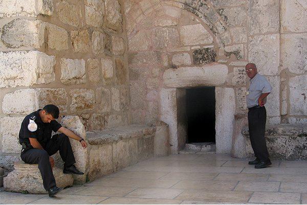 הכניסה כנסיית המולד סגורה למבקרים עד להודעה חדשה. בצילום: דלת הענווה, הכניסה לכנסייה. צילום: ויקיפדיה