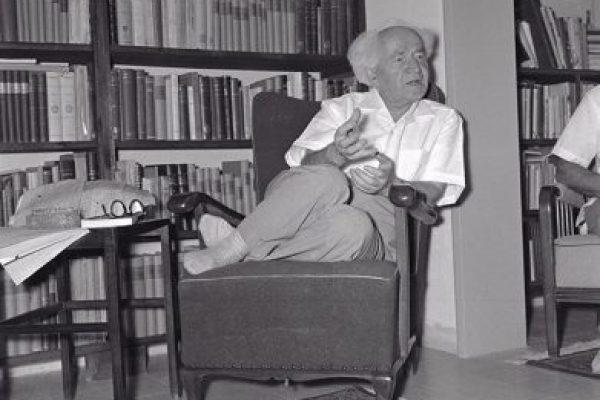 בן גוריון בסלון צילום פאול גולדמן, אוסף גולדמן, מוזיאון ארץ-ישראל,