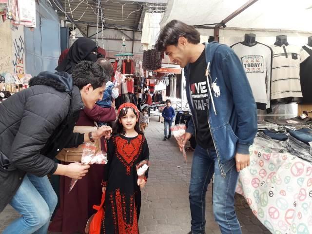 עמן בשוק עם ילדה מהפעילות לבניית דור מנהיגים שוחר שלום (צילום באדיבות המצולם)