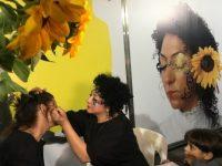 הואן גוכית של עכו מדברת אהבה עם החמניות שלה בתל אביב