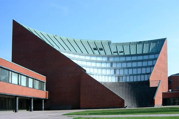 האודיטוריום הראשי של הטכניון בהלסינקי (כיום: אוניברסיטת אלטו) בעיר אוטאניימי, פינלנד. תכנון: אלטו. צילום: ויקימדיה