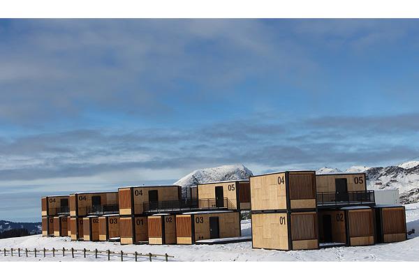 מלון הקן המעופף (Flying Nest Hotel) על הר האבוריאז שבאלפים הצרפתים. צילום: Duende PR