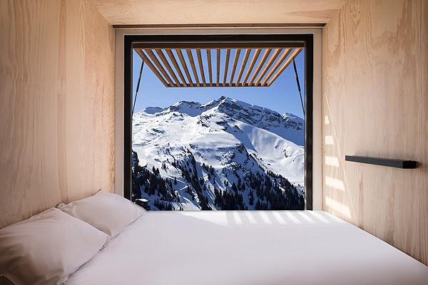 חלונות ענק צופים לנוף המפעים של האלפים הצרפתים. צילום: Duende PR
