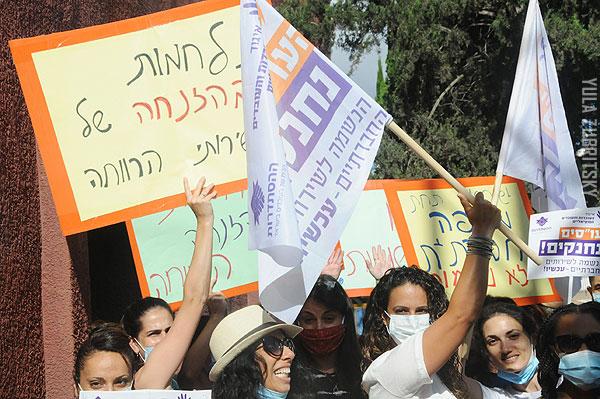 עובדות סוציאליות מראשון לציון, בדרך למחאה בירושלים. צילום: יולה זובריצקי, מגפון ניוז