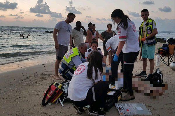 """צוות מד""""א מטפל באירוע טביעה בחוף הים. צילום: יקיר קיסין - תיעוד מבצעי מד""""א"""