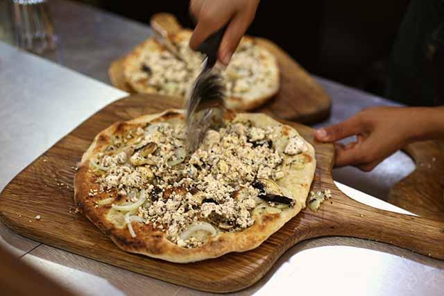 מאפה טבון עם שנקליש (צילום:דן בר דוב)