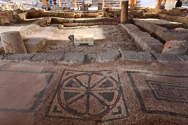 רצפת פסיפס בבית הכנסת שהתגלה במקום (צילום:דן בר דוב)