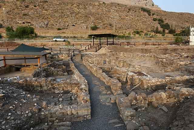 שרידי העיר הקדומה מגדלה (צילום:דן בר דוב)
