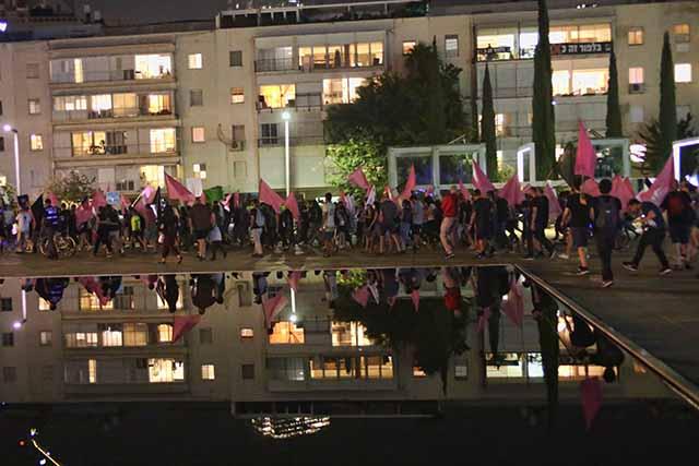 המפגינים מתחילים לצעוד מכיכר הבימה (צילום:דן בר-דוב)