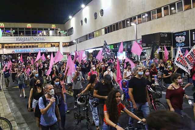 המפגינים צועדים ברחובות תל אביב (צילום:דן בר-דוב)