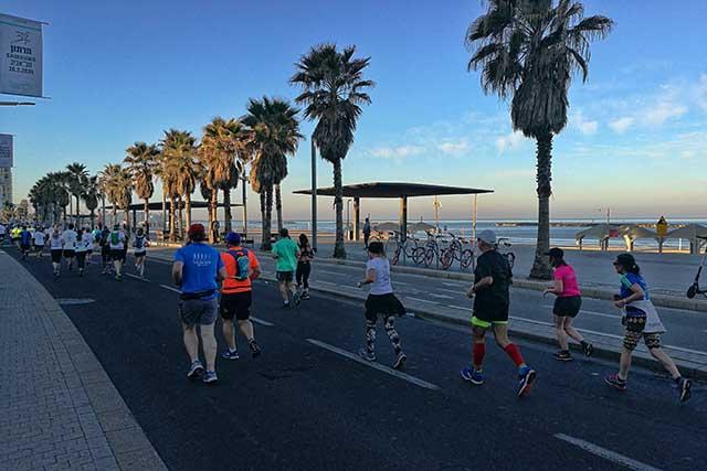 אפשר לרוץ לאורך חוף הים,אפשר ליד הבית כל אחד על פי בחירתו (צילום:דן בר דוב)