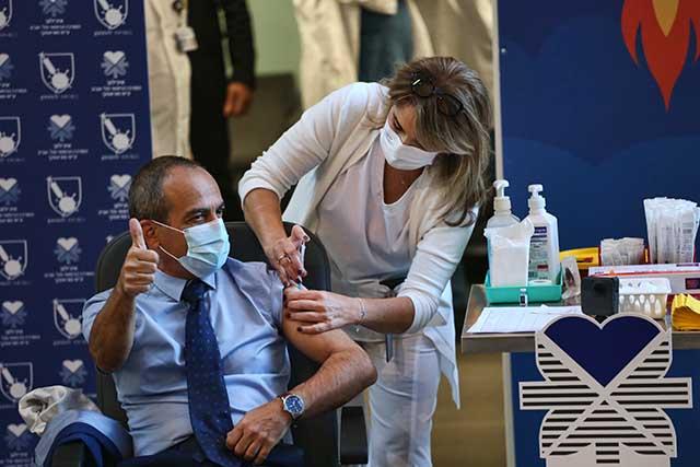 הפרוייקטור,פרופ' גמזו מקבל את החיסון (צילום:דן בר דוב)