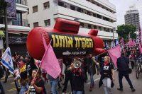 """כאלף איש הפגינו בתל אביב בקריאה ל""""חקירה עכשיו"""" בפרשת הצוללות"""