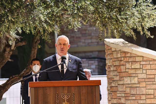 שר הביטחון גנץ בטקס בקריית שאול (צילום דן בר דוב)