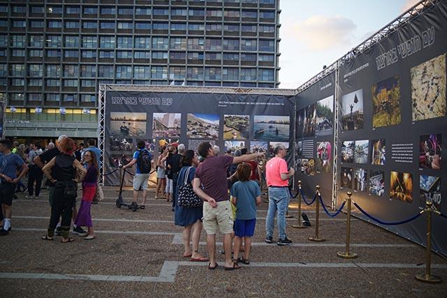 מבקרים בתערוכה (צילום: דן בר דוב)