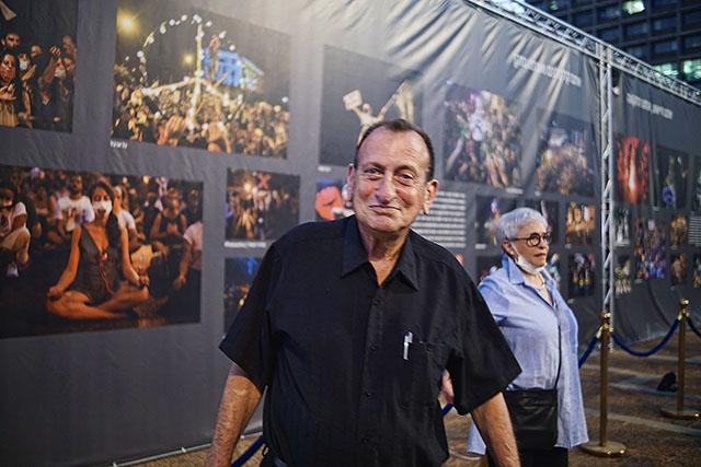 ראש העיר רון חולדאי מסתובב בתערוכה (צילום דן בר דוב)
