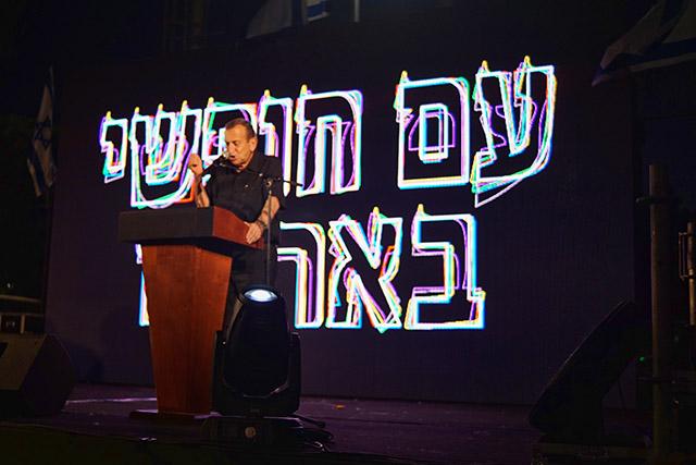"""רון חולדאי: """"אין מקום טבעי יותר לקיים בו את התערוכה מאשר כיכר רבין (צילום דן בר דוב)"""