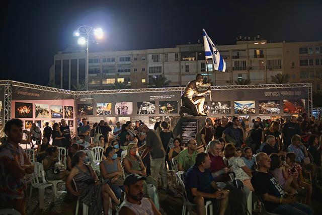 מאות הגיעו לצפות בתערוכה (צילום דן בר דוב)