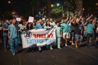 למעלה מאלף מתמחים צעדו בתל אביב בקריאה לקיצור התורנויות מ 26 שעות