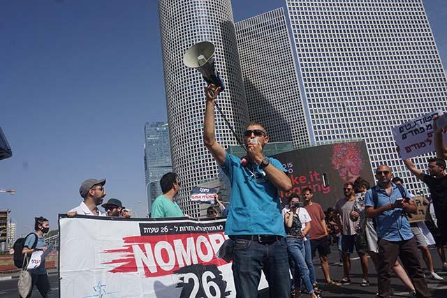 מאות סטודנטים לרפואה ומתמחים חסמו את צומת עזריאלי במחאה לקיצור התורנויות